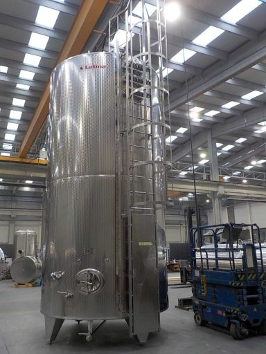 Custom ladder on a 25100 L stainless steel Letina IZO insulated tank.